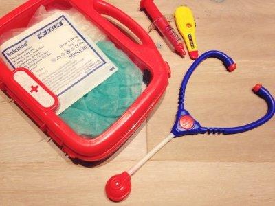 Rollenspiele Arzt mit kranken Kindern