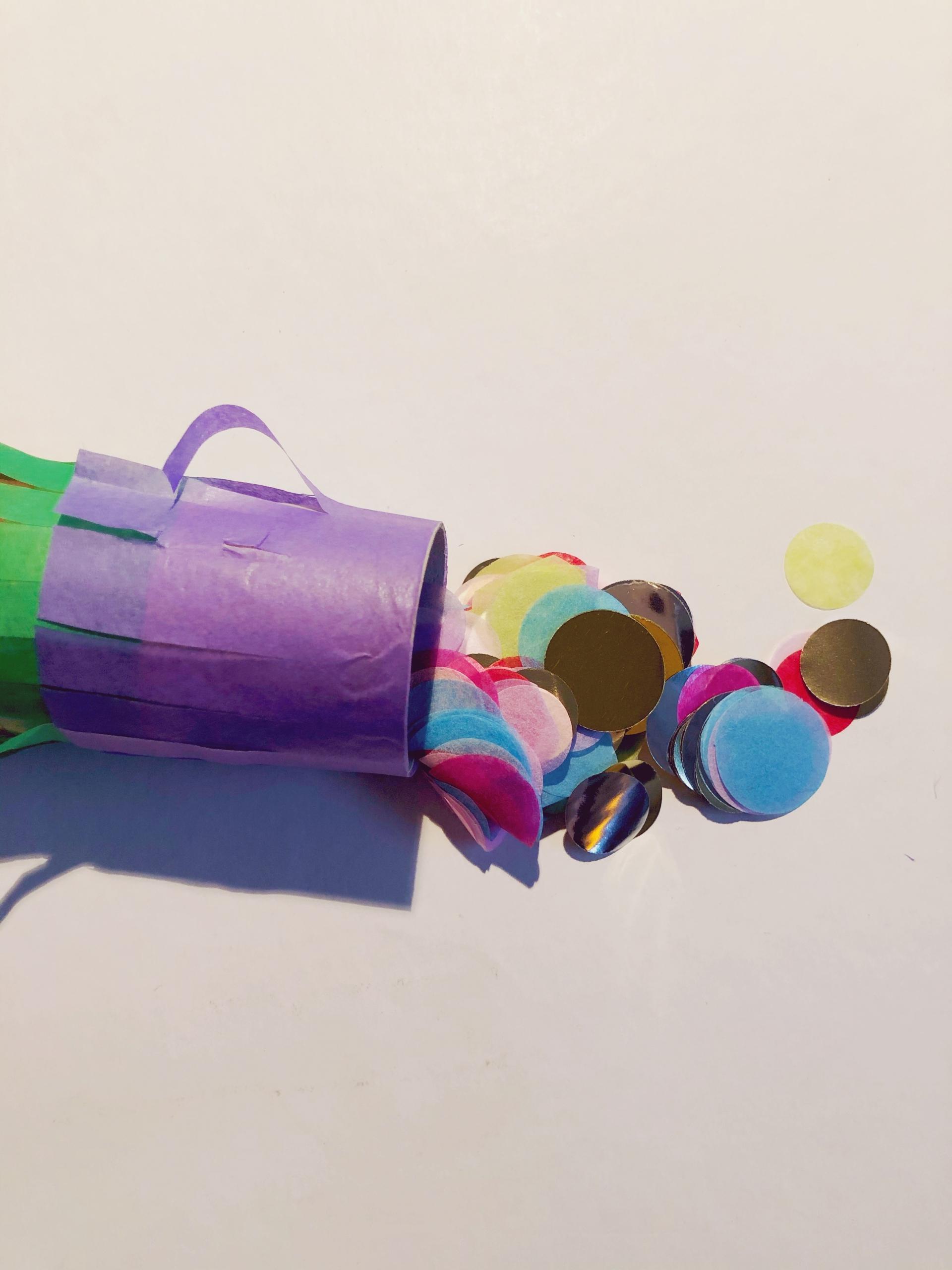 DIY Konfetti-Rakete mit Konfetti befüllen